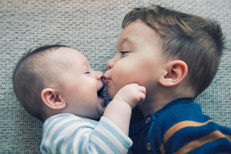 kind kust een baby op het gezicht